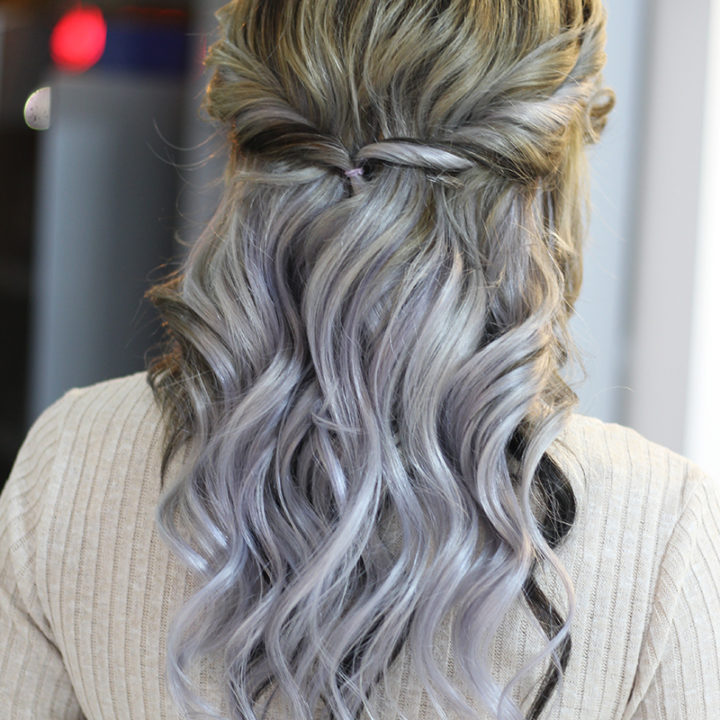 Indrazneste si incearca un par gri pentru ca acum este moda grey silver hair